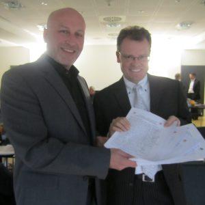 Ibrahim Yetim übergibt Unterschriften an den Aufsichtsratsvorsitzenden der Fernwärmeversorgung Niederrhein (FN), Dr. Michael Heidinger.